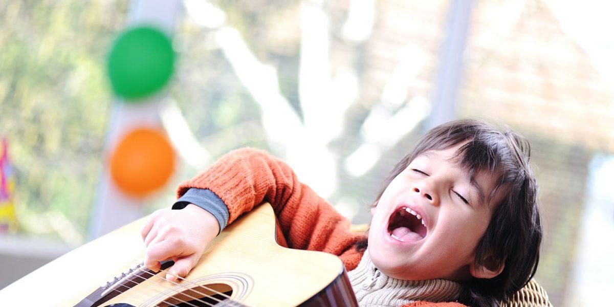 Estudar música deixa as crianças mais atentas e menos ociosas: